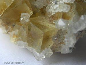 Fluorine jaune et quartz de Maxonchamp (88, Vosges)