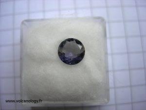 Iolite taillée en brillant (variété de cordiérite - Provenance inconnue)