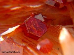 Vanadinite sur barytine - Maroc