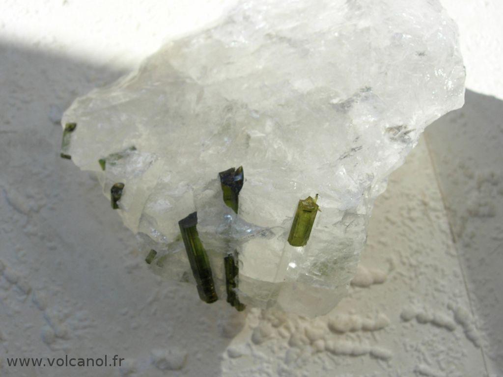 Verdelite (tourmaline verte variété; Elbaite) sur quartz - Minas Gerais Brésil