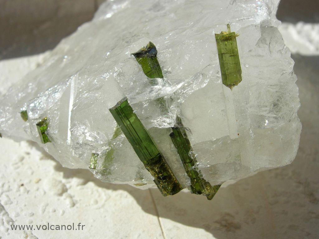 Détail de cristaux de verdelite (tourmaline verte variété Elbaite) sur quartz - Minas Gerais Brésil