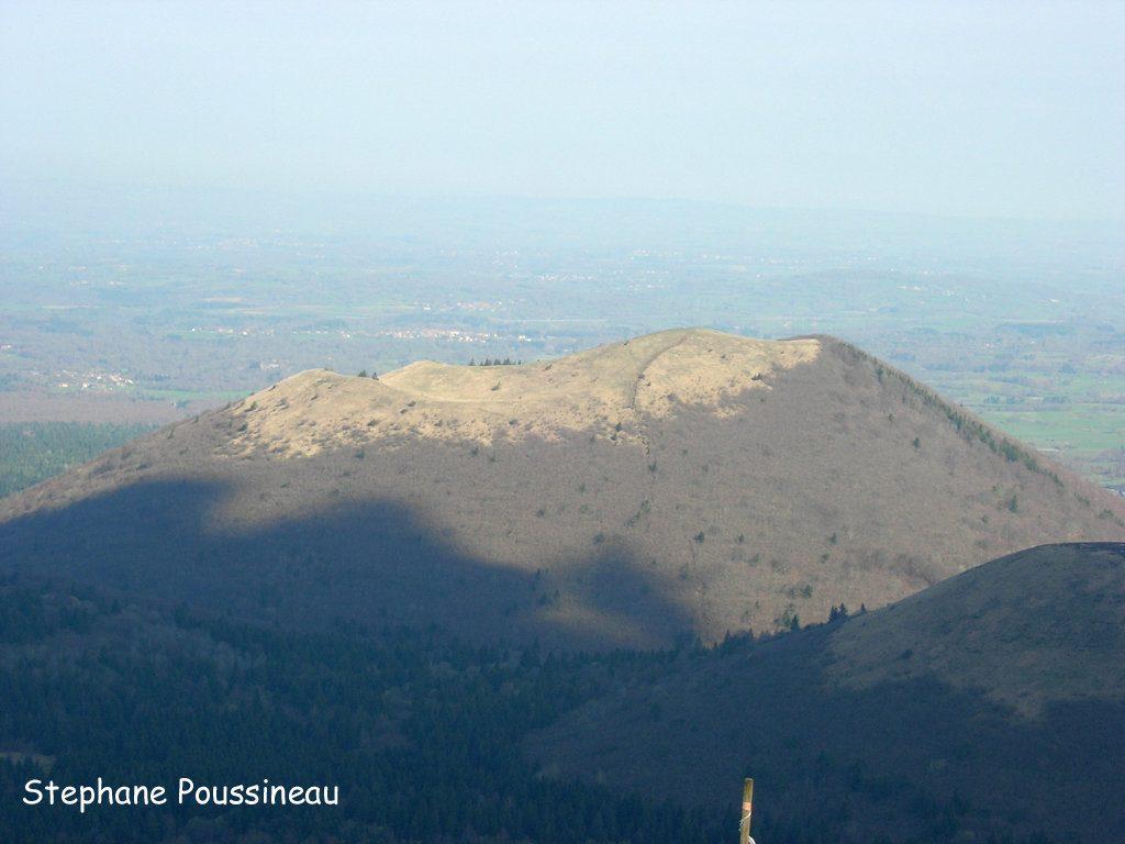 Le Puy de Côme vue du sommet du Puy de Dôme dans la Chaine des Puys (Auvergne)