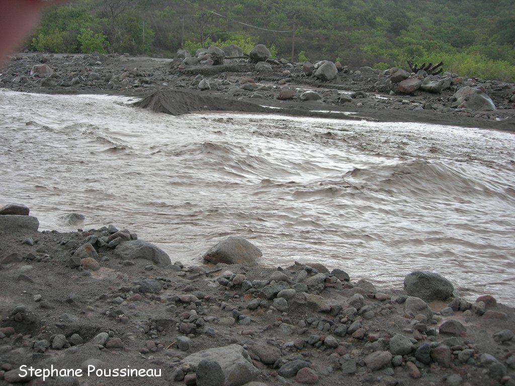 Un lahar dans la Belham River sur les flancs de Soufrière Hills de Montserrat (vue vers l'amont)