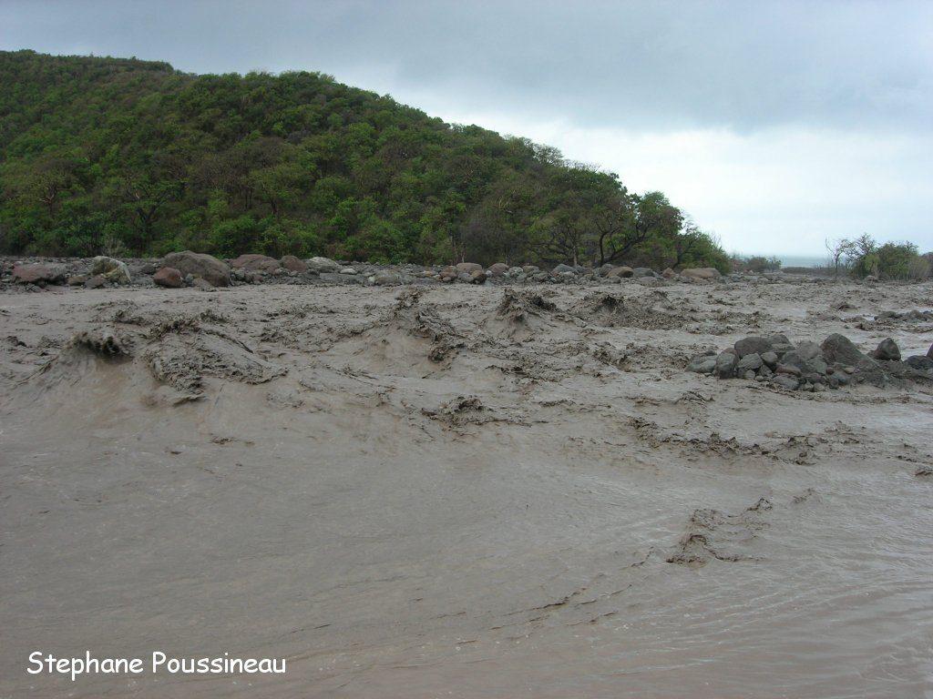 Un lahar dans la Belham River sur les flancs de Soufrière Hills de Montserrat (vue vers l'aval)