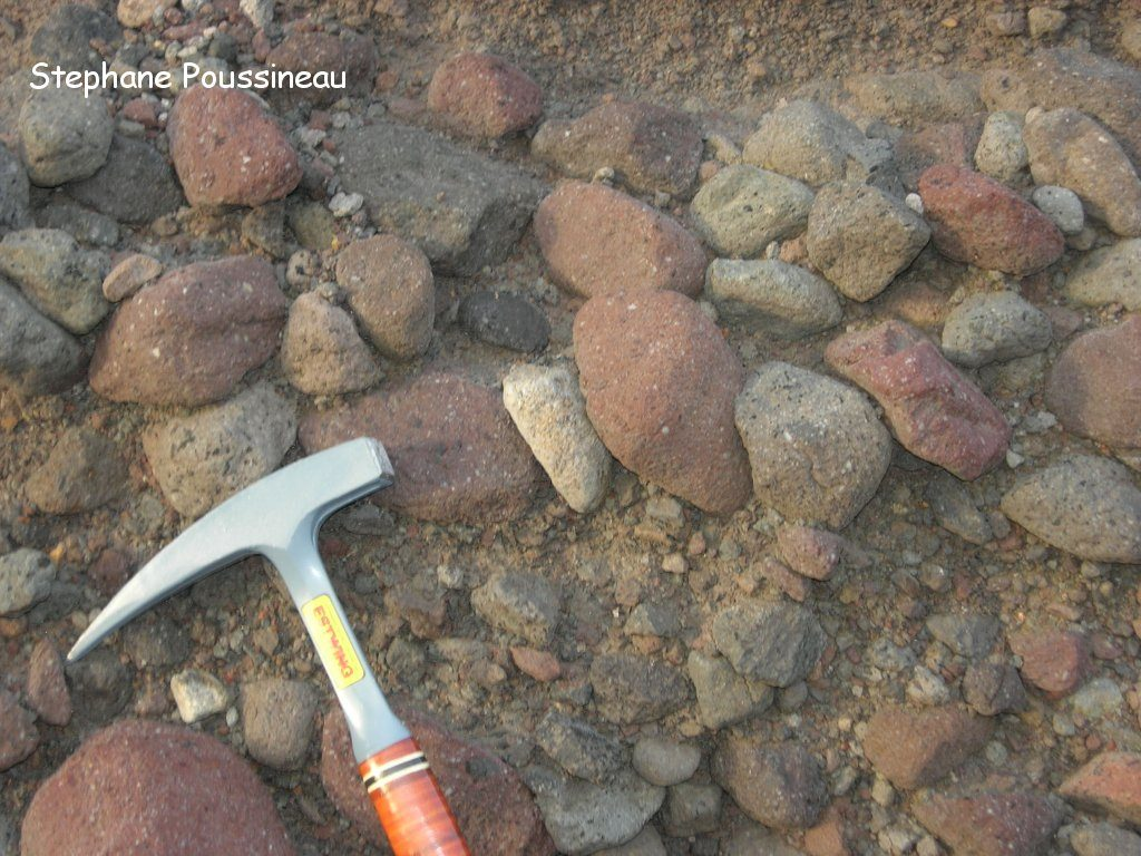 Dépôt de blocs imbriqués caractéristiques d'un lahar dans la Belham River de Soufrière Hills de Montserrat