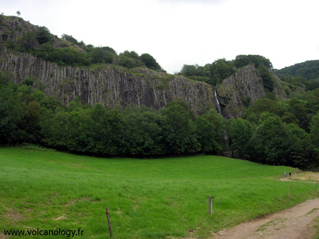 Orgues basaltiques de la cascade de Faillitoux dans le Cantal