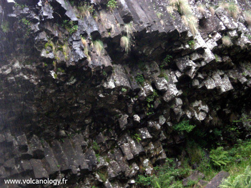 orgues basaltiques au niveau de la cascade de Faillitoux dans le Cantal - détail des orgues