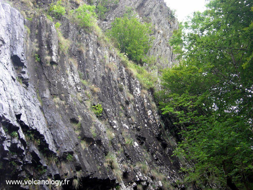 orgues basaltiques au niveau de la cascade de Faillitoux dans le Cantal - les orgues