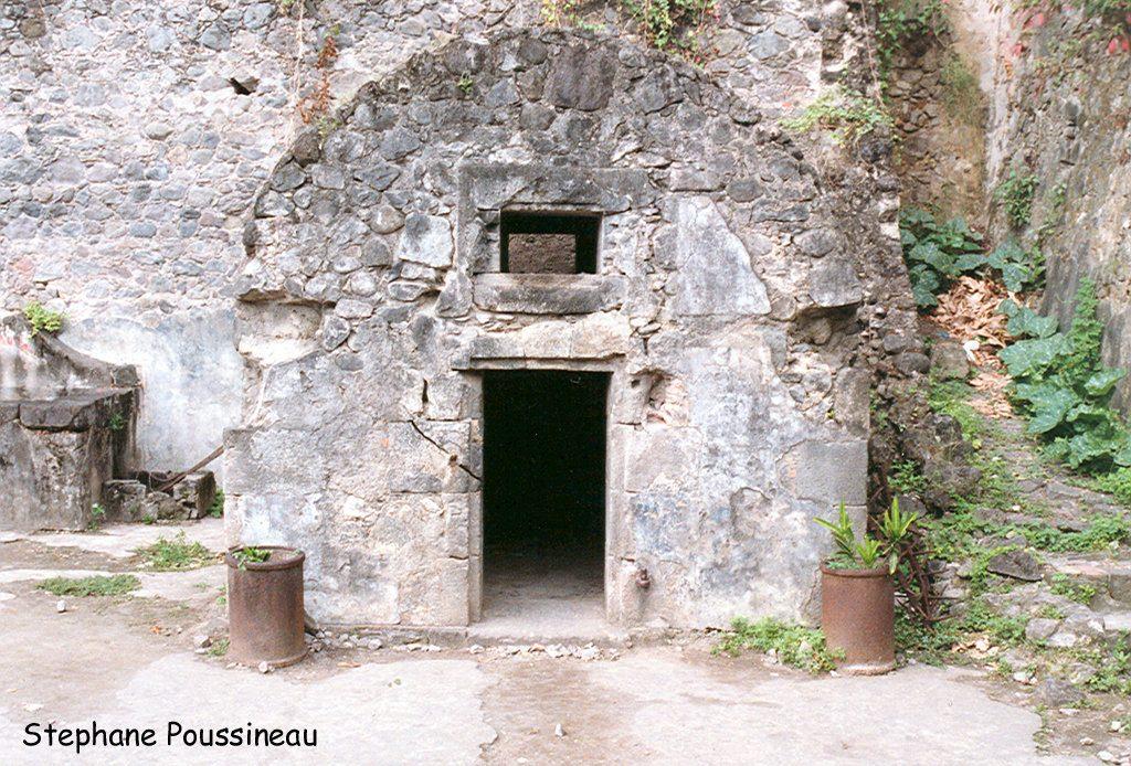 Les ruines de la cellule du prisonnier Ciparis à Saint Pierre à la Martinique (Eruption de 1902 de la Montagne Pelée)