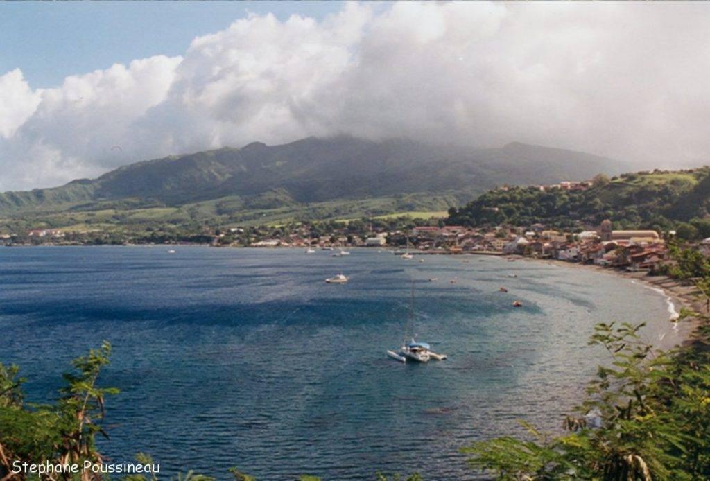 La baie de Saint Pierre dominée par la Montagne Pelée (Martinique)