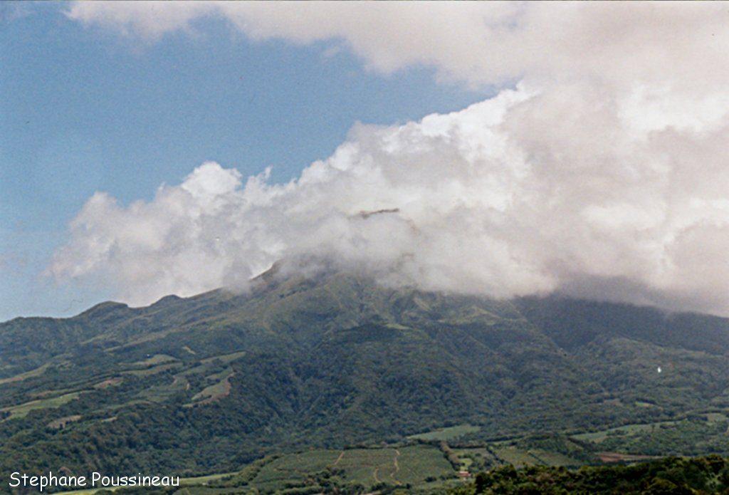 Le sommet de la Montagne Pelée avec son dôme dans les nuages (Martinique)