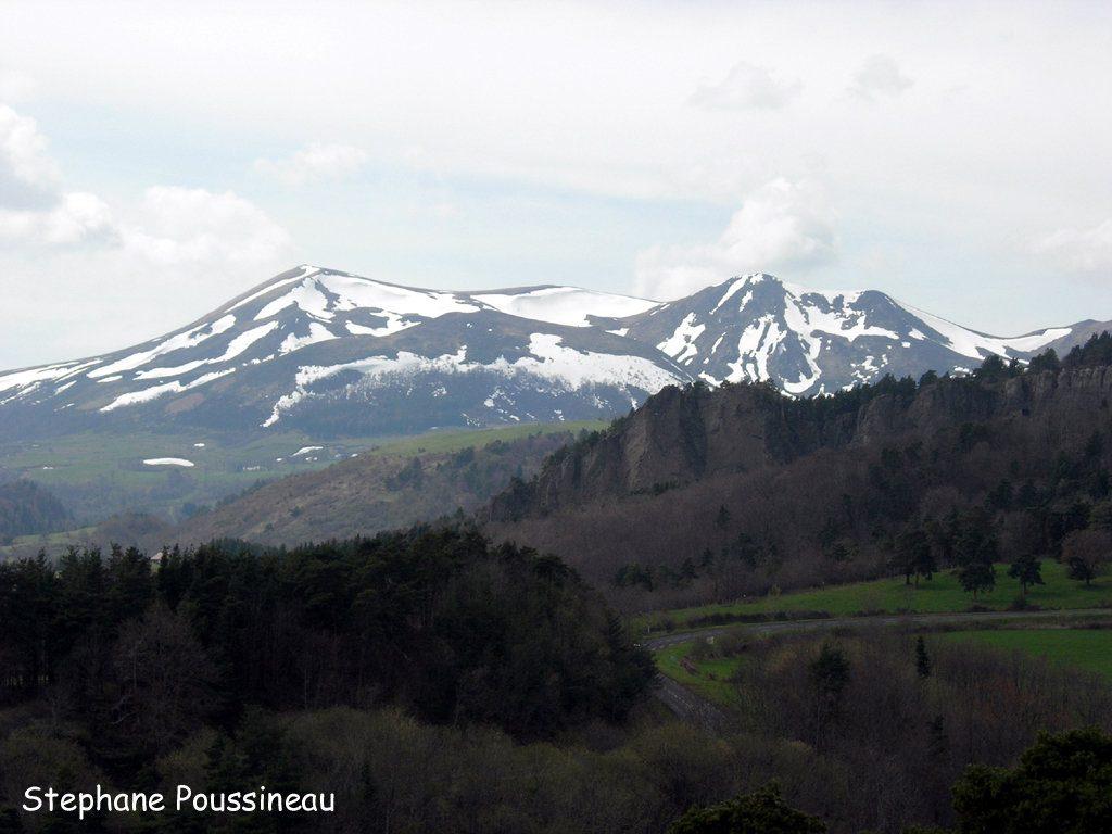 Le Massif du Sancy sous la neige vu de Murol en Auvergne (Massif Central Français)