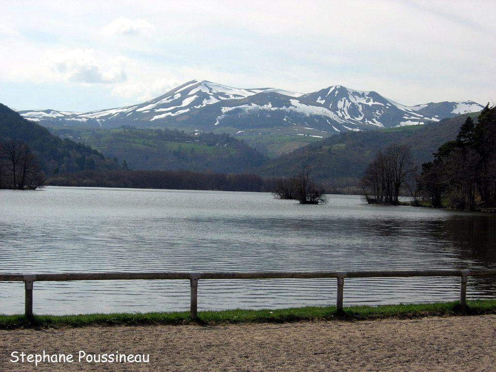 Le Massif du Sancy sous la neige vu du Lac Chambon en Auvergne (Massif Central Français)