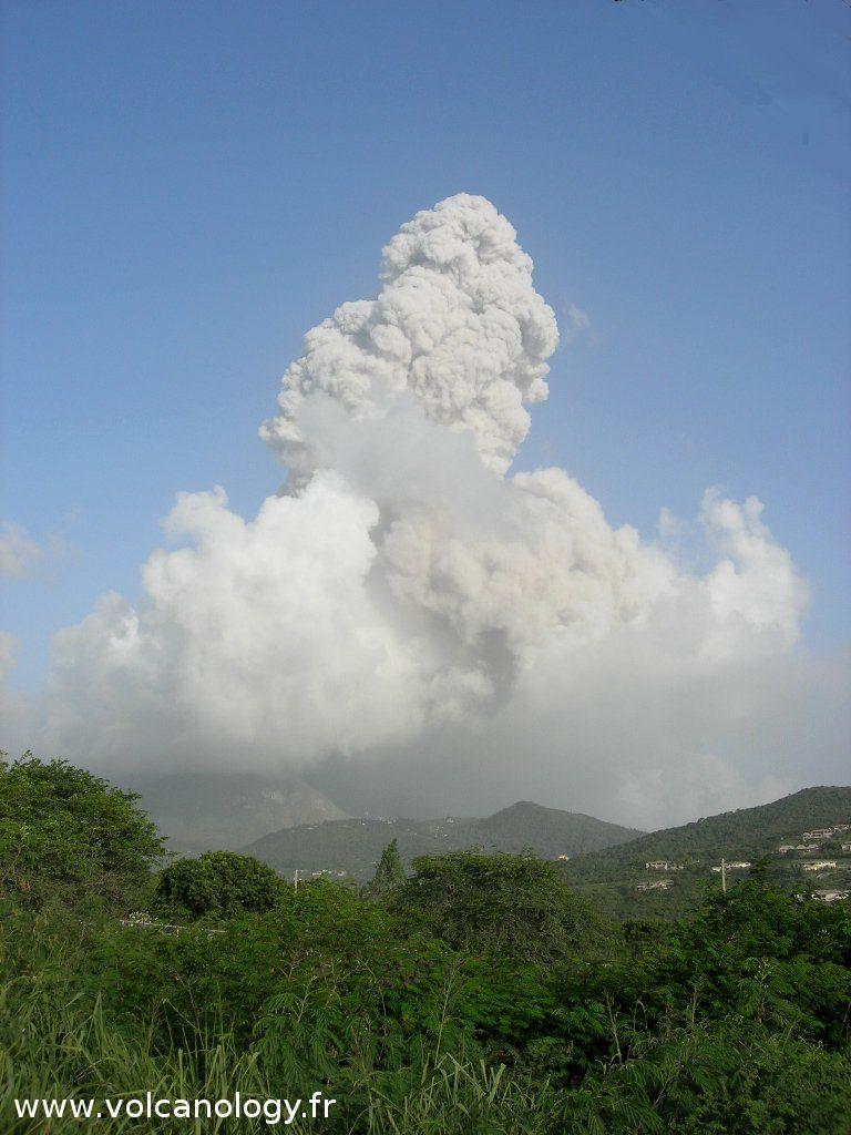 Eruption de cendre à Soufrière Hills de Montserrat (Antilles anglaises)