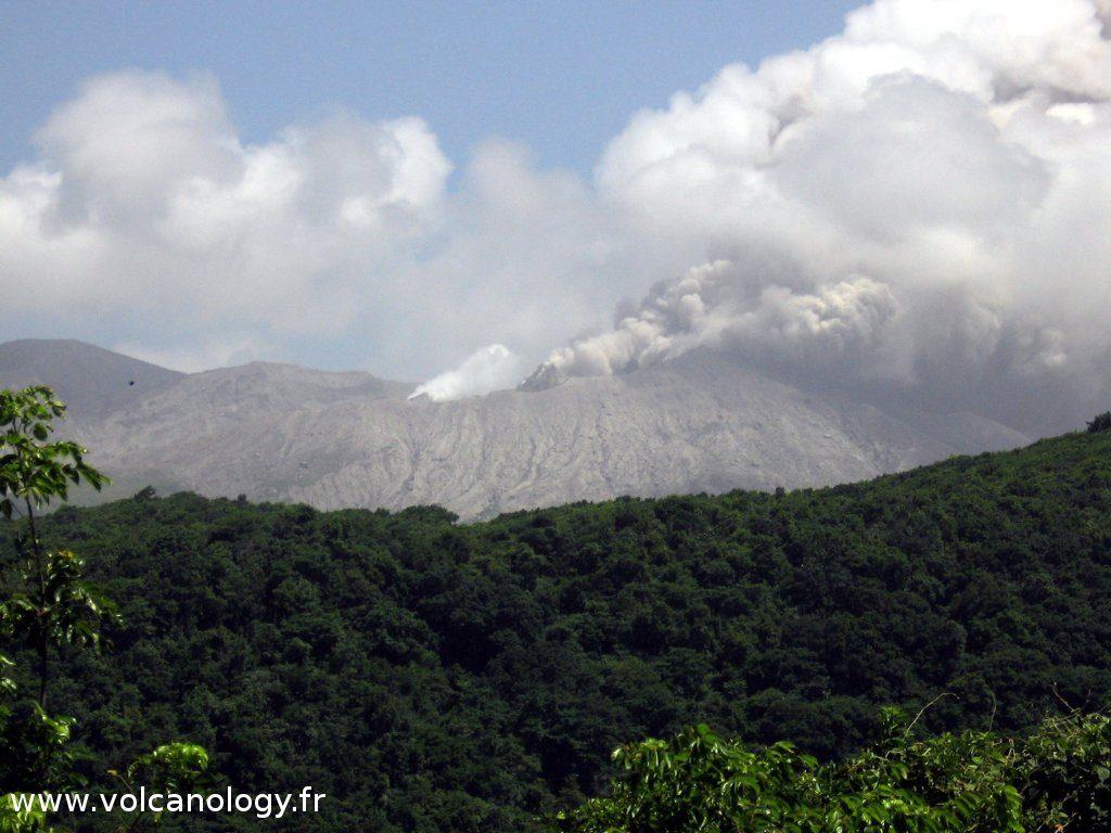 Le dôme en activité à Soufrière Hills de Montserrat (Antilles anglaises)