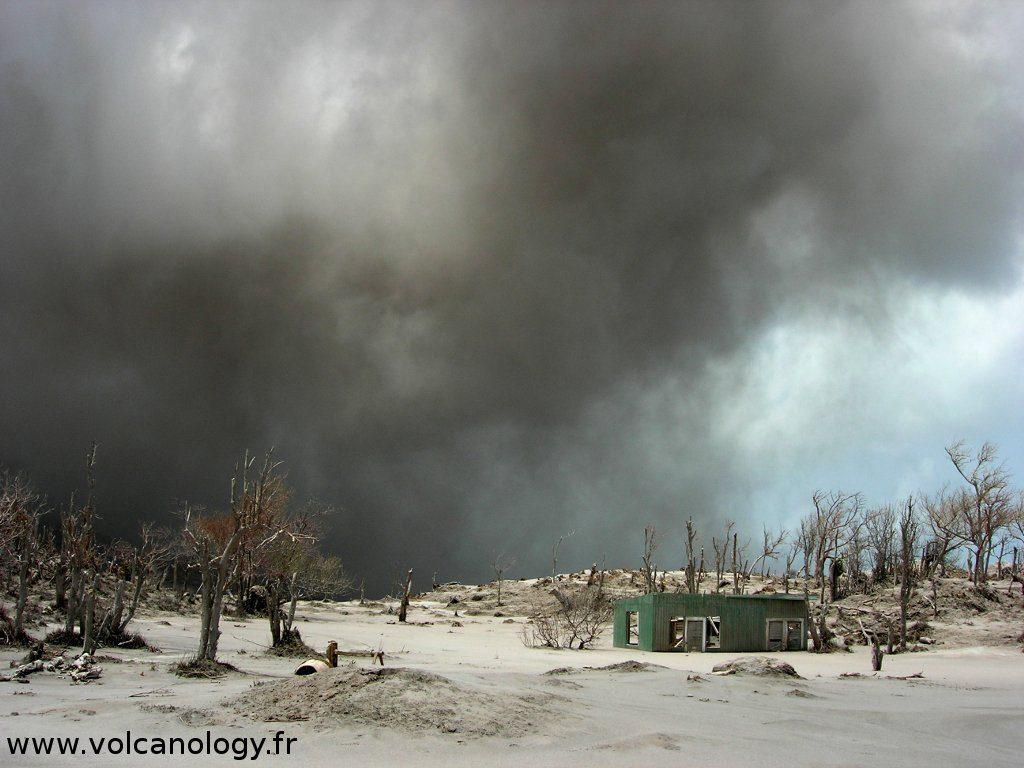 Nuage de cendre à Soufrière Hills de Montserrat (Antilles anglaises)