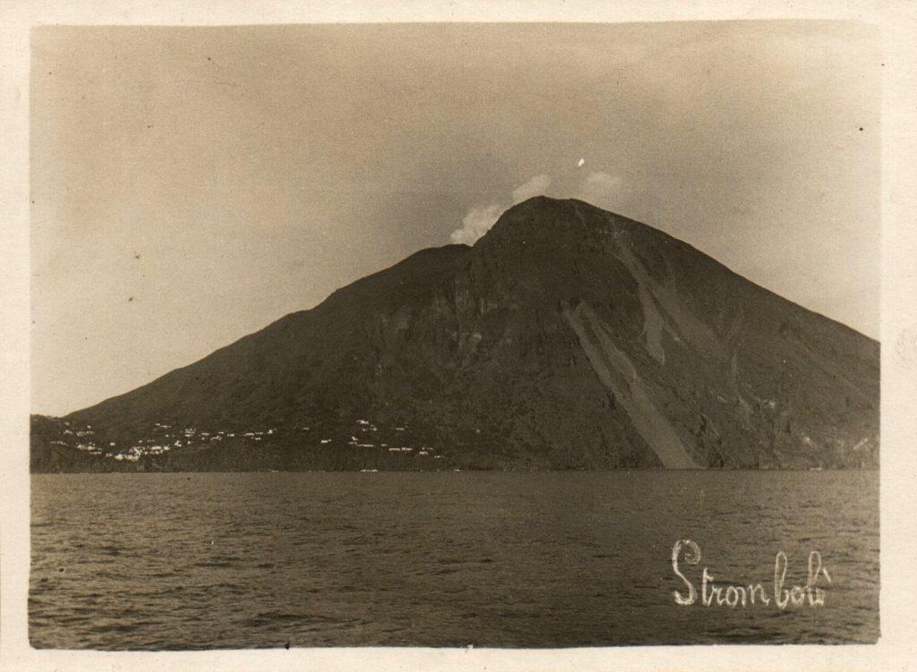 Le volcan Stromboli en Italie vu de la mer