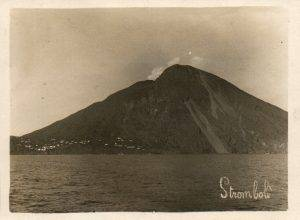 Photo ancienne du volcan Stromboli.