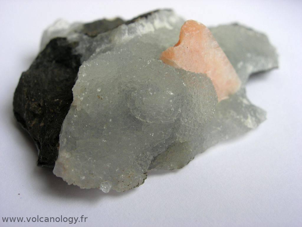 Calcédoine bleutée associée à un cristal de stilbite d'Inde