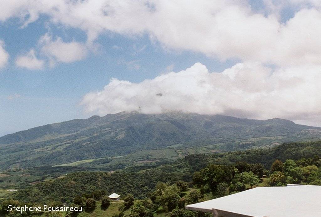 Le volcan la Montagne Pelée sous les nuages