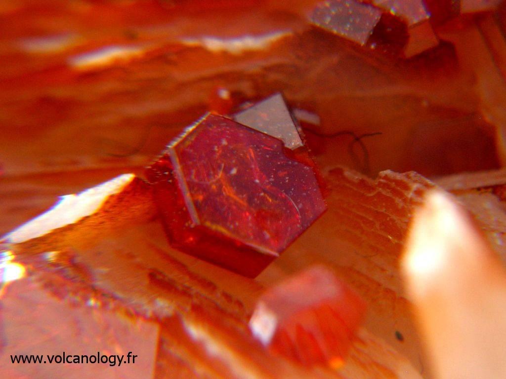 Vanadinite sur barytine – Maroc